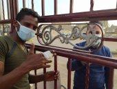 جيش الإنسانية الأبيض.. طبيب يعالج مريضاً على بوابة مستشفى عزل بالأقصر.. صور