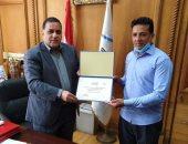 رئيس السكة الحديد يكرّم خفير مزلقان بعد عثوره 15 ألف دينار كويتى