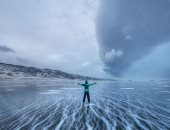 لوحة فنية طبيعية.. عاصفة ثلجية فى بحيرة بايكال بسيبيريا تشكل صور رائعة