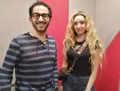 """صور.. كواليس أحمد حلمى وهنا الزاهد فى المسلسل الإذاعى """"لف وارجع تانى"""""""