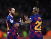 مدرب برشلونة يطالب فيدال بالبحث عن فريق جديد قبل انطلاق الموسم