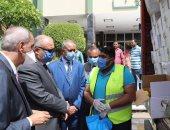 محافظ قنا: توزيع 1054 كرتونة مواد غذائية وحقيبة وقائية على عمال النظافة