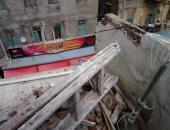 سقوط أجزاء من سطح عقار بحى جمرك فى الإسكندرية.. صور