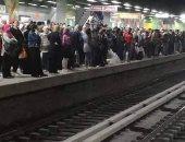 زحام فى مترو عزبة النخل .. وقارئ يناشد الالتزام لمنع انتشار كورونا