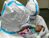 ملائكة الرحمة.. ممرضات بالهند يرضعن طفلا بعد إصابة أمه وعائلته بكورونا (فيديو)