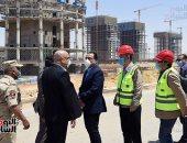 رئيس الوزراء يتفقد مشروعات العاصمة الإدارية الجديدة ويعبر ممر التعقيم
