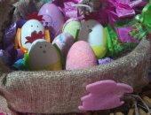 شم النسيم فى البيت.. غادة وبناتها يشاركن بصورة لتلوين البيض احتفالا بالربيع