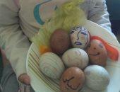 """شم النسيم فى البيت ..الطفلة """"ليلى"""" تحتفل بعيد الربيع بتلوين البيض"""