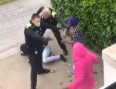 اشتباكات بين الشرطة الإسبانية وامرأتين بسبب رجل خرق حظر التجول.. فيديو