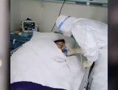 متطوع فى جناح العزل.. طالب صينى يتطوع بمستشفى للحجر لمكافحة كورونا.. فيديو