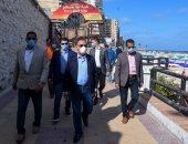 صور .. محافظ الإسكندرية يتفقد الكورنيش للتأكد من غلق كافة الطرق المؤدية له