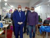 محافظ القاهرة يزور مصنع ملابس بالأسمرات ويصرف منح للعاملات