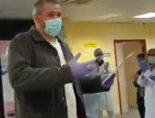 أطباء يصفقون لسائق سيارة أجرة ينقل مرضى كورونا مجانا فى إسبانيا