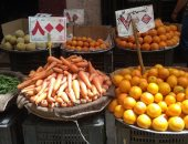 """صور.. جولة فى الأسواق بأسيوط.. البطاطس والخيار والبصل بـ5 والطماطم بـ6 جنيهات..الليمون بـ20 والبرتقال بـ15 جنيها.. السمك البلطى بـ45 والفراخ البيضاء بـ35 جنيها.. والمواطنون: التجار استغلوا """"كورونا"""" لرفع الأسعار"""