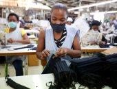 """من مصانع ملابس..إلى """"صناعة الكمامات"""" لمواجهة كورونا"""