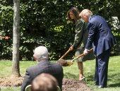 ترامب وميلانيا يزرعان شجرة بالبيت الأبيض احتفالا بيوم الأرض.. صور