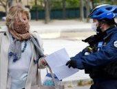 فيديو.. الشرطة الفرنسية تنبه المواطنين بالتباعد الاجتماعى بطريقة جديدة