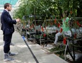 وسط تحذيرات من أزمة غذاء عالمية.. ماكرون يزور مزارعين فرنسيين لتحيتهم