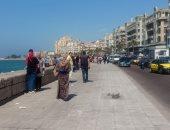 صور .. انتشار المواطنين على كورنيش الإسكندرية
