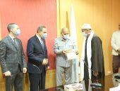 محافظ كفر الشيخ يسلم 11 عقدا لتقنين أراضى أملاك الدولة للمستفيدين