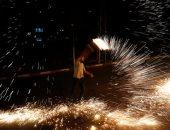 رغم انتشار كورونا.. فلسطينيون يحتفلون بقدوم شهر رمضان بإشعال الألعاب النارية