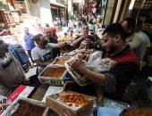 إقبال على سوق العطارة والمخلل مع بداية شهر رمضان رغم أزمة كورونا