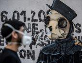 فنانو الشارع فى باريس يجدون منفذا آخر لمشاركة رسوماتهم بدلا من الجدران.. فيديو