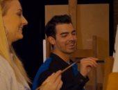 صوفي تيرنر وزوجها جو جوناس يمارسان هواية الرسم في فيديو جديد لكواليس برنامج