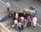 انقلاب سيارة ملاكى أعلى الطريق الدائرى بالمريوطية.. صور