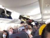 سيدة أمريكية توثق اكتظاظ طائرة بالركاب في نيويورك دون إجراءات وقائية.. فيديو