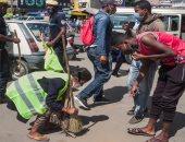500 مواطن ينفذون عقوبة كنس الشوارع بمدغشقر لعدم ارتدائهم الكمامة