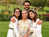 صورة عائلية لأصالة نصرى مع والدتها وشقيقها وابنتها شام الذهبى