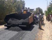 صور.. رصف طرق قرية المنشية بكوم أمبو فى أسوان