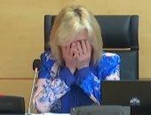 """انهيار مسئولة بـ""""الصحة"""" الإسبانية بالبكاء خلال إعلان ضحايا كورونا من الأطباء.. فيديو"""