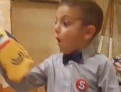 """رد فعل صادم لطفل يشجع """"يوفنتوس"""" بعد تلقيه قميص فريق """"انتر ميلان"""".. فيديو"""