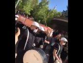 لبنانيون يشيعون الليرة فى جنازة أنغام رقصة الموت..فيديو