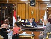 محافظ قنا ونائبه يلتقيان عددا من المواطنين لبحث مطالبهم