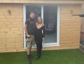 حقق حلمها.. بريطانى يحوّل حديقة المنزل إلى صالون حلاقة لزوجته فى العزل..صور