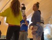 """من كواليس """"سوبر بول"""".. جينيفر لوبيز تعلم شاكيرا بعض الرقصات.. فيديو"""