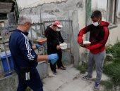 مساعدات غذائية لسكان حى فقير فى المجر وسط تفشى كورونا