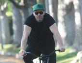 جيسون ستاثام على الدراجة بشوارع لوس أنجلوس بدون إجراءات وقاية من كورونا