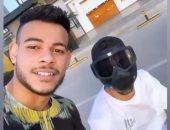 صور.. دراجة عبد الله السعيد النارية والقناع الأسود يخطفون الأنظار