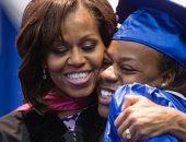 قبلة ورسالة حب من ميشيل أوباما لابنتها في تخرجها من المدرسة الثانوية.. صورة
