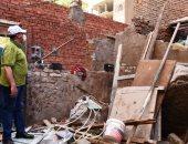 مصرع طفلة بعد سقوط حائط الجيران على منزل أسرتها بأسوان.. صور