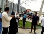 أهالى متعافى من كورونا يستقبلوه بالمزمار البلدى أمام مستشفى أبو خليفة للحجر