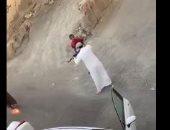 القبض مواطن أطلق أعيرة نارية على آخر من سلاح آلى بالسعودية.. فيديو