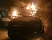 فلسطينيون يحرقون سيارة عسكرية إسرائيلية بزجاجات المولوتوف قرب القدس.. صور