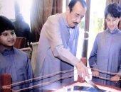 رواد تويتر يتداولون صورة نادرة للملك سلمان بن عبد العزيز مع أحفاده