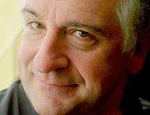"""دوجلاس آدمز  باع 15 مليون نسخة من """"دليل المسافر"""" وترفع له المناشف فى ذكرى رحيله"""