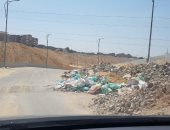 شكوى من تراكم القمامة ومخلفات المبانى بشارع 9 بحى المقطم